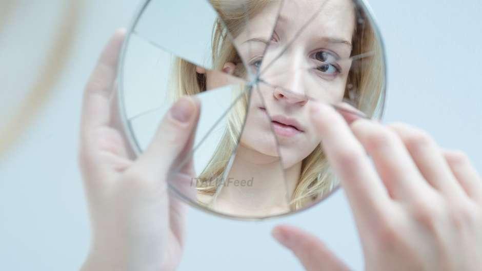 Ho Rotto Uno Specchio.Fai Attenzione Quando Rompi Uno Specchio Sai Che Oltre A